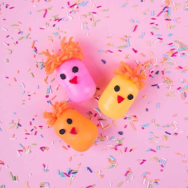 Kippen gemaakt van speelgoeddozen met hagelslag