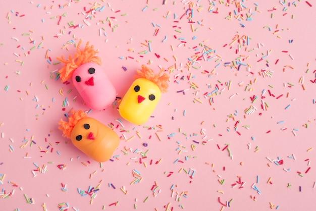 Kippen gemaakt van speelgoeddozen met kleurrijke hagelslag