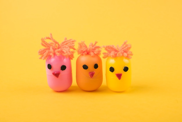Kippen gemaakt van speelgoeddozen