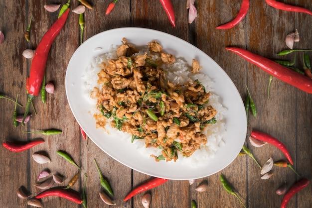 Kippenbasilicum met rijst. straatvoedsel concept