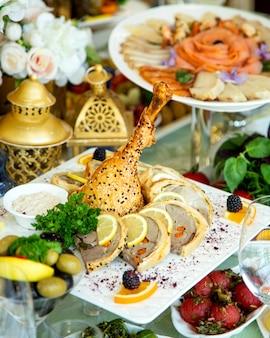 Kippenbeen in deeg wordt met vleespastei met wortel wordt gediend gebakken die