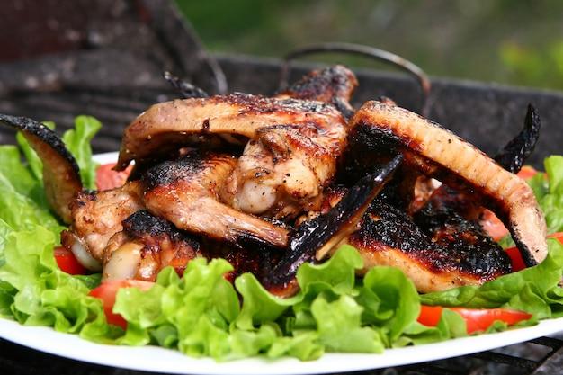 Kippenbenen op de grill met groenten