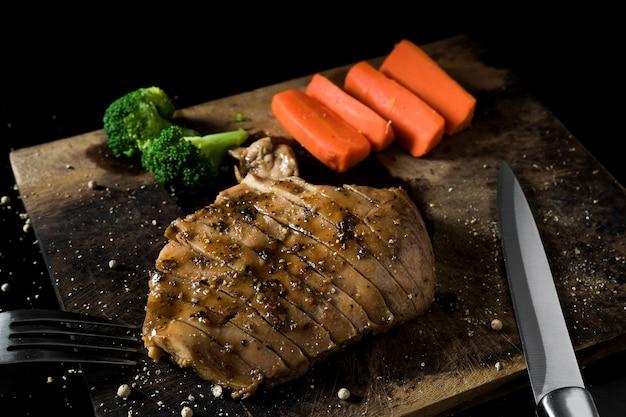 Kippenbiefstuk met kruiden hun eten is smakelijk en serveert en geurig.