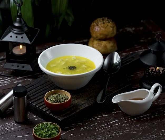 Kippenbouillon soep voor zakelijke lunch in een restaurant
