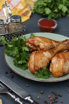 Kippenboutjes, gebakken in een marinade van ketchup en sojasaus op een donkere achtergrond