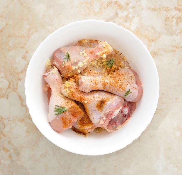 Kippendij met ingemaakte paprika en knoflook in een kom