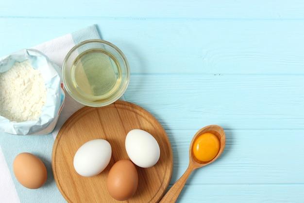 Kippeneieren en een garde op het tafelblad?