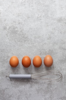 Kippeneieren en klop in de keuken