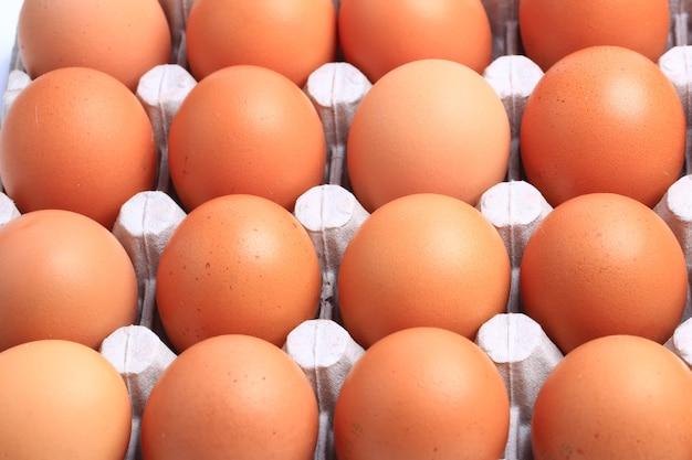 Kippeneieren geïsoleerd op een witte achtergrond. gezond eten