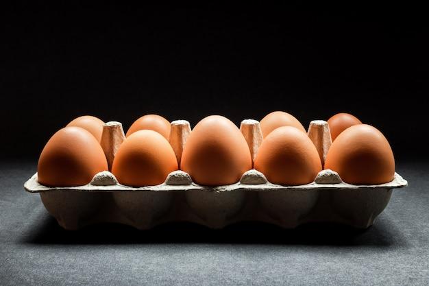 Kippeneieren in een doos