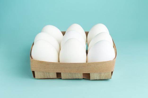 Kippeneieren in een houten pakket