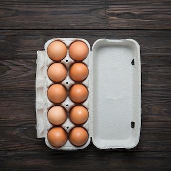 Kippeneieren in een kartonnen doos