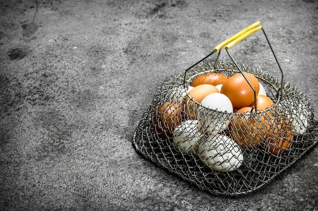Kippeneieren in een netzak.