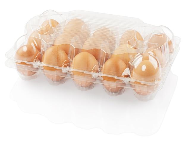 Kippeneieren in een plastic container die op een witte achtergrond wordt geïsoleerd
