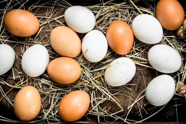 Kippeneieren op een houten dienblad