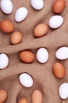 Kippeneieren op een jutezak