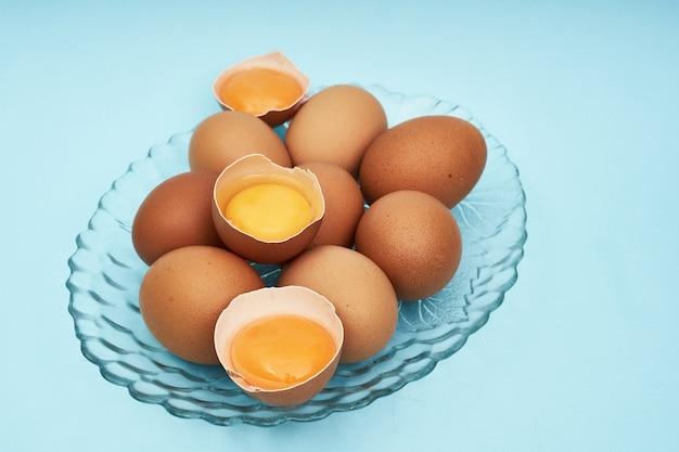 Kippeneieren op een schotel, een bord. voedsel, proteïne in voedingsmiddelen.