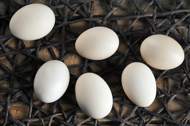 Kippeneieren op een touw servet