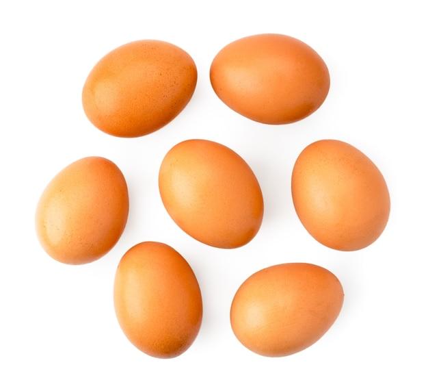 Kippeneieren op een witte geïsoleerde achtergrond.
