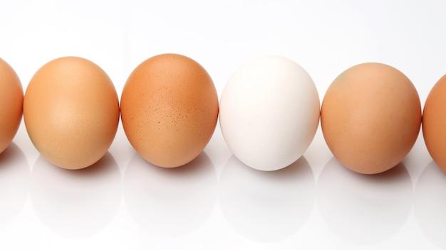 Kippeneieren op witte achtergrond. gezond en vitamine eten