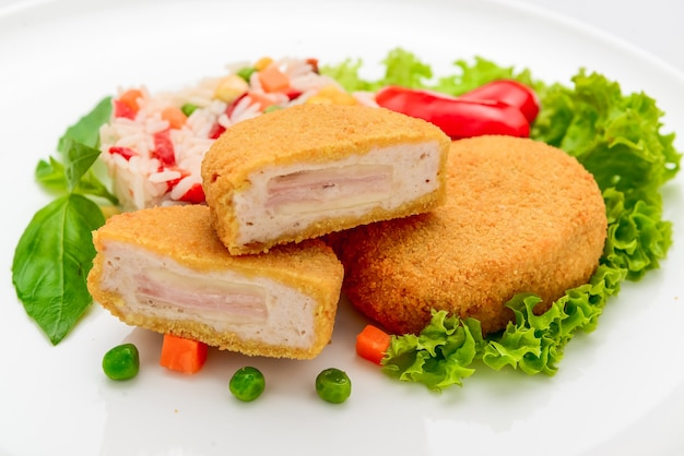 Kippengehaktballetjes in beslag met ham en risotto. witte achtergrond.