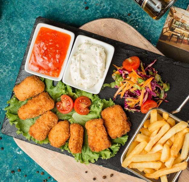 Kippengoudklompjes met frieten, salade en ketchup