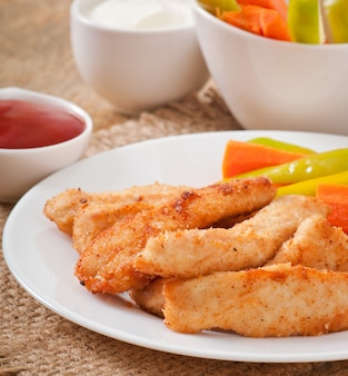 Kippengoudklompjes met saus en groenten