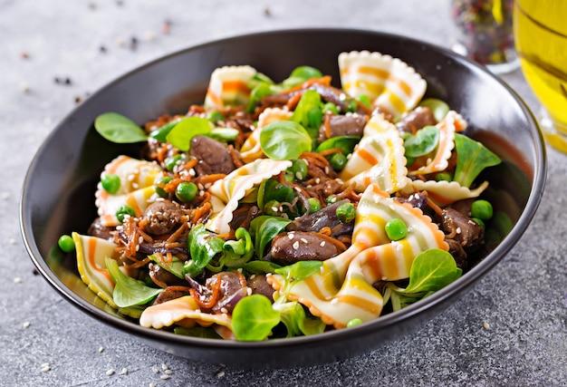 Kippenharten met wortelen in zoetzure saus met farfalledeegwaren. gezonde salade