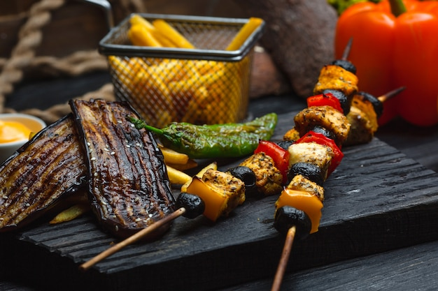 Kippenkebab met frieten en groenten