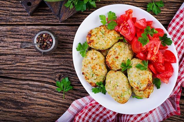 Kippenkotelet met courgette en tomatensalade