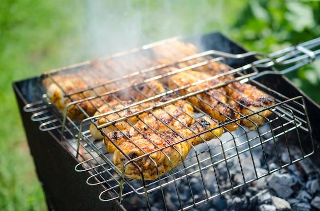 Kippenpoten buiten op de grill