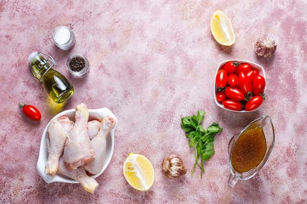Kippenpoten met kruiden en zout klaar om te koken.