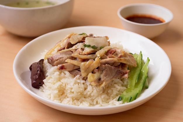 Kippenrijst met saus en soep