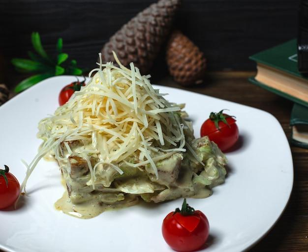 Kippensalade in roomsaus en geraspte kaas