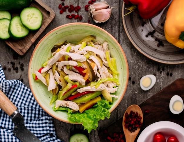 Kippensalade met augurken bovenaanzicht op de tafel