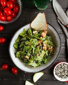 Kippensalade met groen en avocado