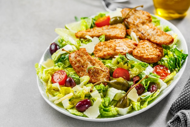 Kippensalade met groenten en olijven