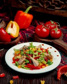 Kippensalade met maïspeper en sla