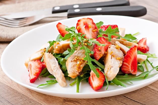 Kippensalade met rucola en aardbeien