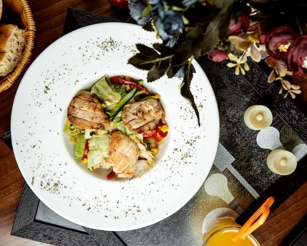 Kippensalade met verse groenten