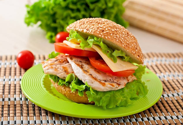 Kippensandwich met salade en tomaat