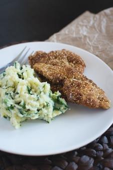 Kippenschnitzel met fijngestampte aardappels
