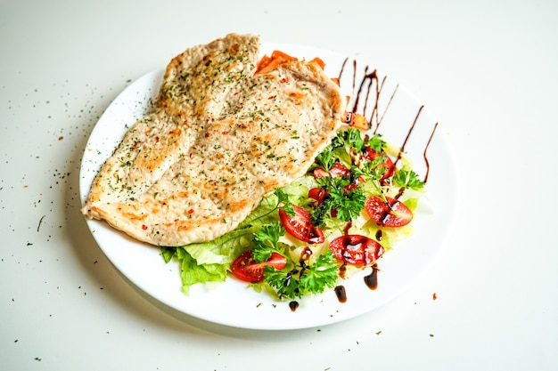 Kippenschotel op een restaurantlijst