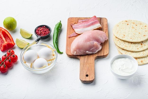 Kippentaco's biologische grondstoffen, tomaten, maïs, ei, paprika, limoen kippenvlees en tortilla's