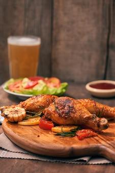Kippentrommel in op houten bord