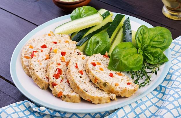Kippenvlees brood met groenten. gezond gehaktbrood.