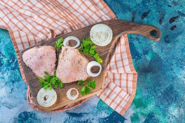Kippenvlees op een snijplank op de theedoek