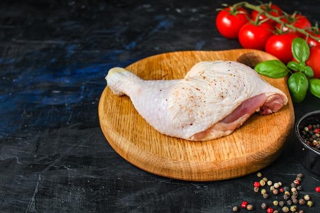 Kippenvlees stukken rauw kippenpoten dijen eten