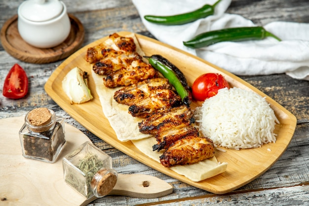Kippenvleugels kebab met rijst zijaanzicht