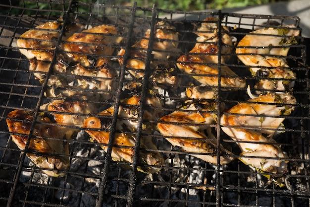 Kippenvleugels met kruiden bereid op de grill